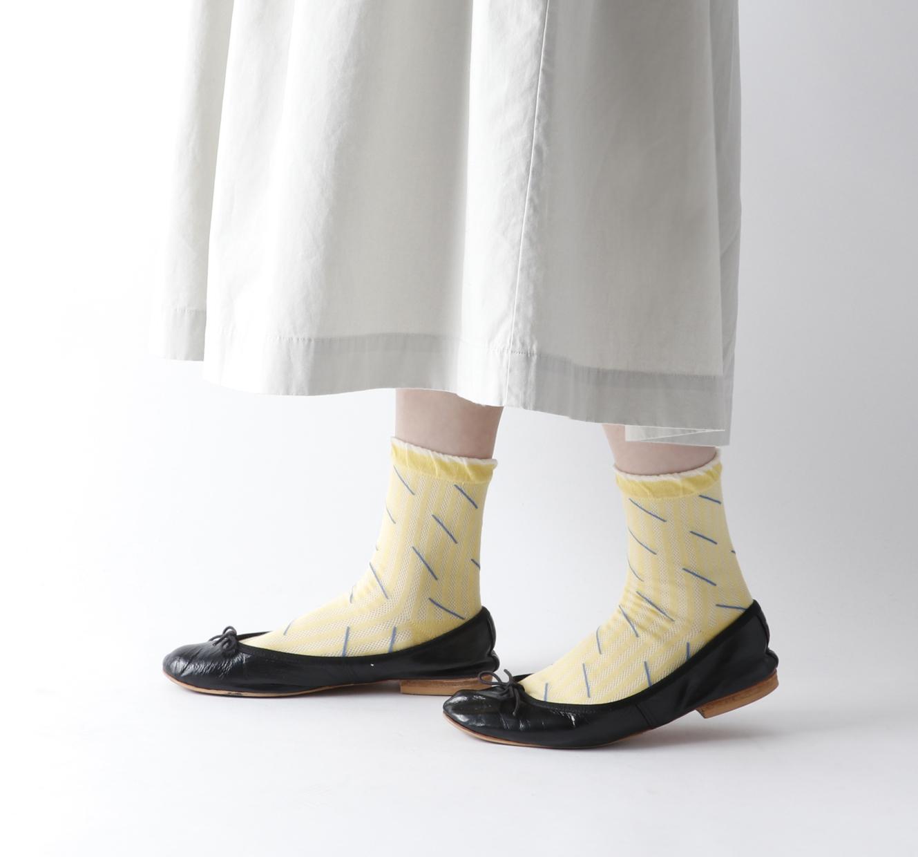 透かし柄の靴下で涼しげな足元に